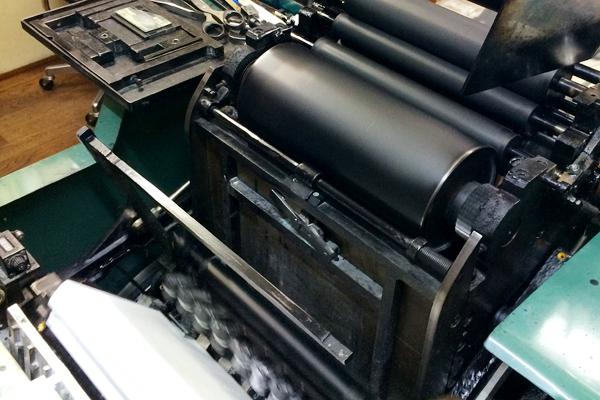 手漉き和紙の印刷に使用する活版機